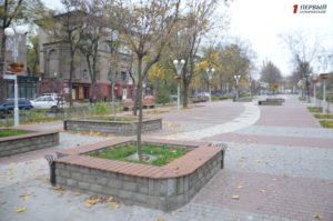 Новая плитка, гигантский компас и много зелени: в Запорожье наконец-то завершили второй этап реконструкции проспекта Маяковского - ФОТО