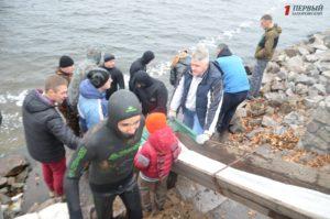 В Запорожье в рамках экологической акции со дна Днепра подняли полтонны мусора – ФОТО, ВИДЕО
