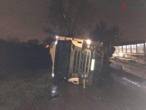 В Запорожье грузовик врезался в бетонную опору и перевернулся – ФОТО