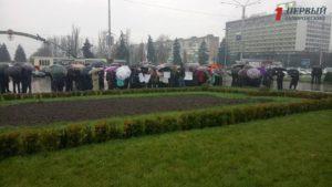 В Запорожье под стенами ОГА собрались на митинг сотрудники завода, которым задолжали 12 миллионов гривен зарплаты - ФОТО, ВИДЕО