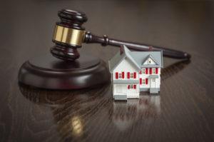Суд освободил от ответственности полицейского, который подделал документы покойника и помог продать его недвижимость