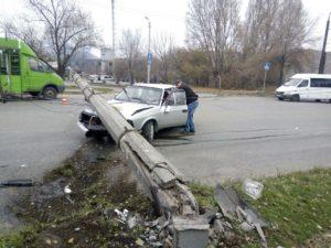 В Запорожье на легковушку с ребенком упала электроопора – ФОТО