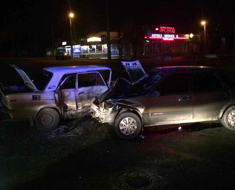 В Запорожье ночью столкнулись две ВАЗа: пострадали три человека - ФОТО