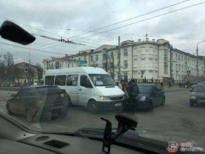 В Запорожье очередная маршрутка попала в ДТП - ФОТО