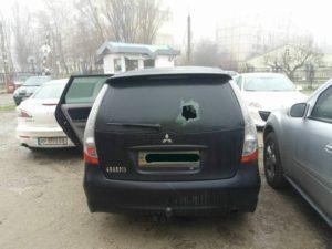 Запорожскому депутату разбили стекло в машине - ФОТО