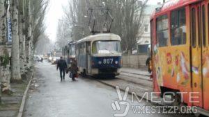 В Запорожье водитель припарковал свою машину так, что заблокировал движение трамваев - ФОТО