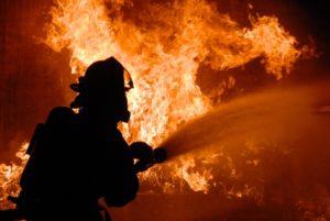В Запорожской области на территории частного дома тушили масштабный пожар