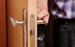 Житель Запорожья застал домушника на входе в собственную квартиру - ФОТО