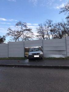 В Запорожье легковушка снесла забор учебного заведения - ФОТО
