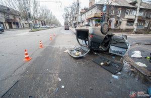 В центре Запорожья в результате ДТП перевернулась легковушка - ФОТО, ВИДЕО
