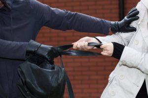 В Запорожье средь бела дня ограбили женщину