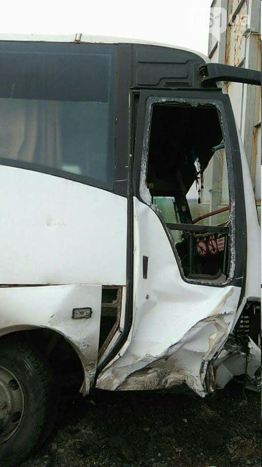 В Запорожской области пассажирский автобус врезался в легковушку – ФОТО, ВИДЕО