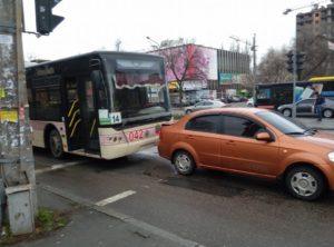 В центре Запорожья новый троллейбус  столкнулся с автомобилем прямо на светофоре – ФОТО