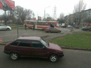 В Запорожье легковушка влетела в трамвай - ФОТО