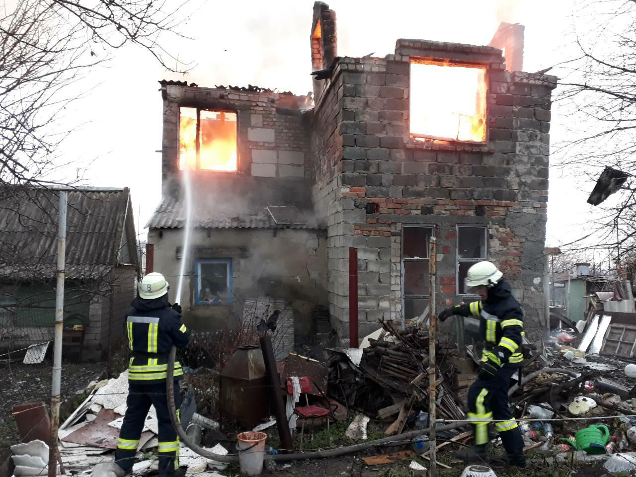 В Запорожье пожар в двухэтажном доме тушили одиннадцать спасателей – ФОТО