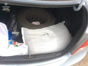 У запорожца в машине нашли мешок с наркотиком - ФОТО
