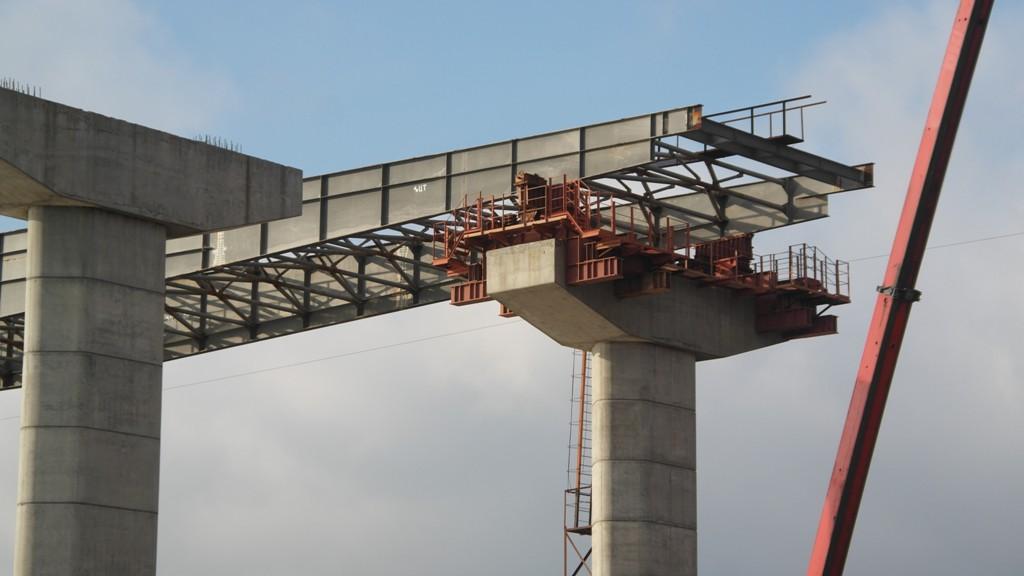 В Запорожье осталось соединить 60 метров основы мостов через Днепр – ФОТО