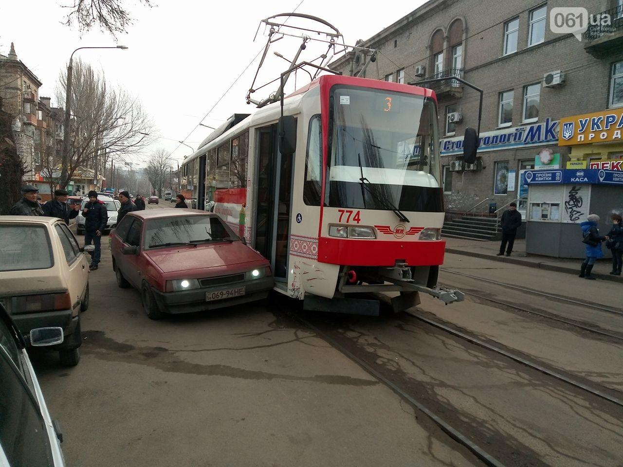 В Запорожье легковушка врезалась в новый трамвай - ФОТО
