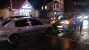 В Запорожье возле остановки столкнулись два автомобиля - ФОТО