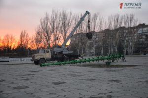 В Запорожье устанавливают каркас для новогодней елки весом в пять тонн - ФОТО