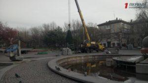 В Запорожье на площади Маяковского монтируют новогоднюю елку - ФОТО