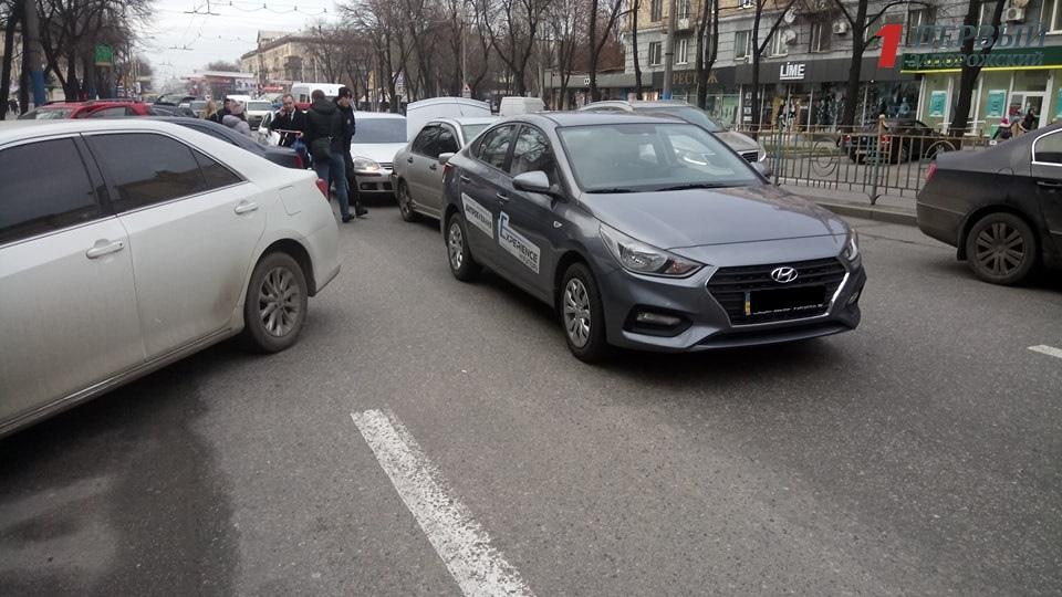 В Запорожье напротив кинотеатра им. Довженко столкнулись три авто - ФОТО