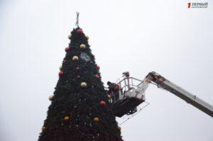 В Запорожье на площади Маяковского взялись за украшение новогодней елки - ФОТО