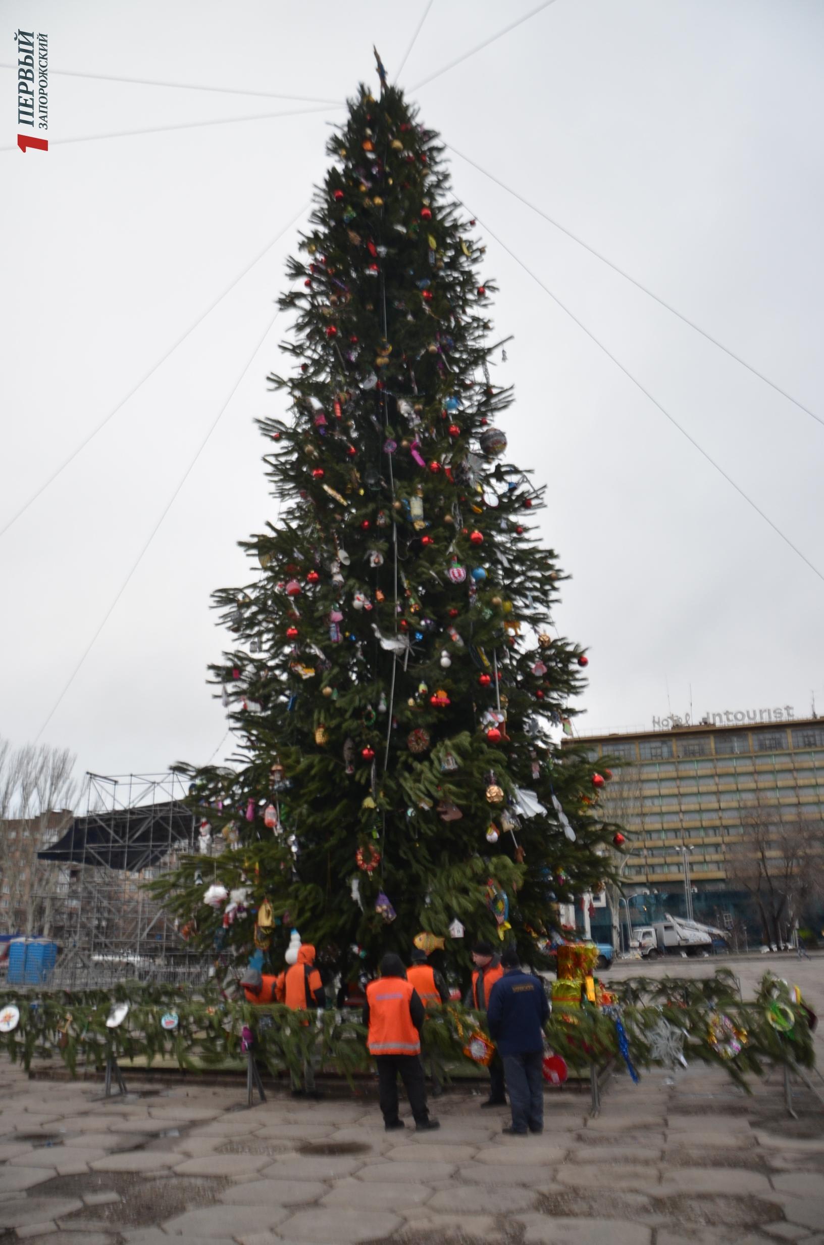 В Запорожье продолжается подготовка к новогодним праздникам: на площади Фестивальной и Маяковского появились новые декорации - ФОТО
