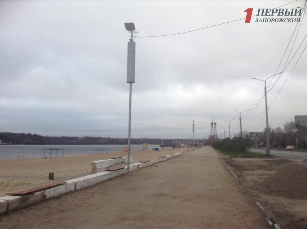 Новая плитка, декоративные фонари, деревья и перерытые газоны: как выглядит Центральный пляж Запорожья после реконструкции - ФОТО