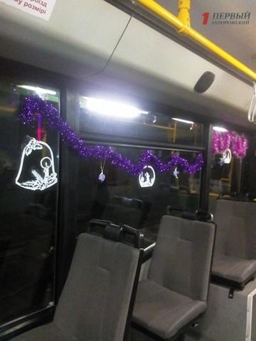Водители «Запорожэлектротранса» принялись украшать к Новому Году транспорт- ФОТО