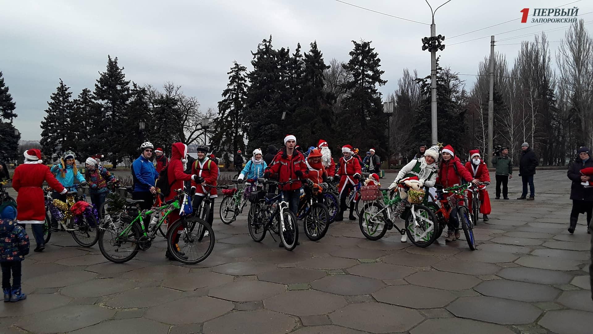В Запорожье по центральному проспекту проехались Деды Морозы и Снегурочки – ФОТО, ВИДЕО