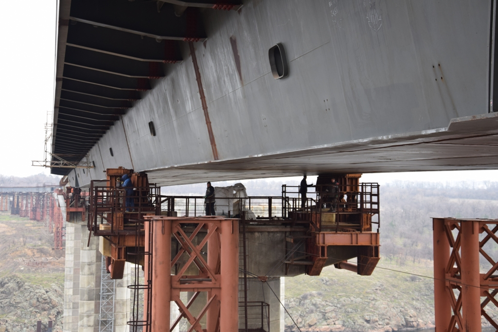 В Запорожье активизировалась стройка на мостах-недостроях: подрядчики обещают соединить еще 86 метров конструкции