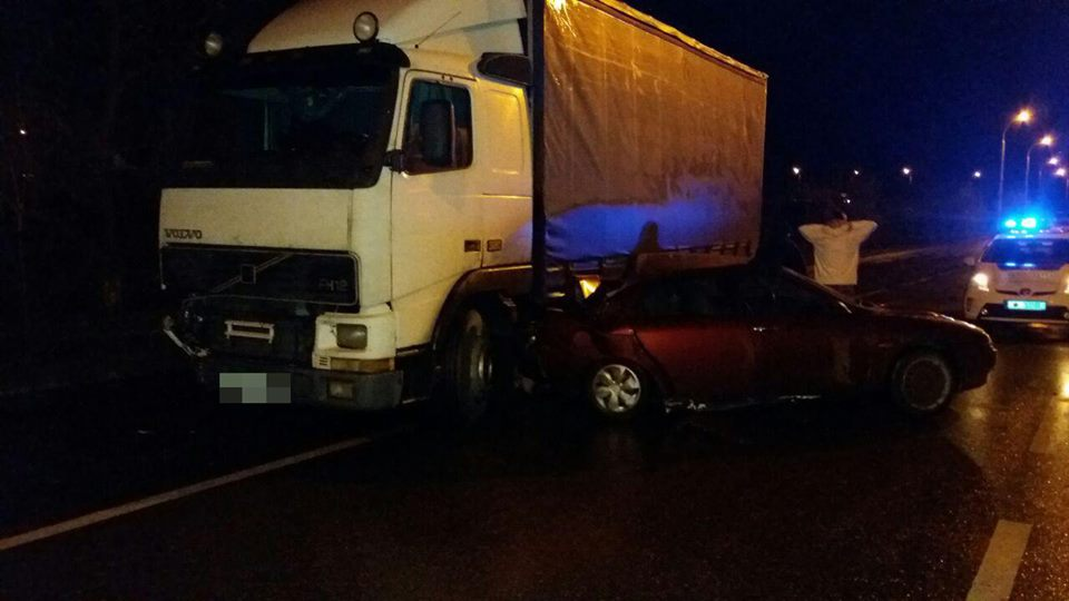 В Запорожье ночью грузовик врезался в иномарку - ФОТО