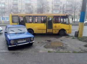 В Запорожье легковой автомобиль врезался в автобус - ФОТО