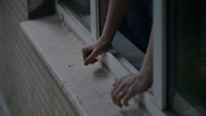В Запорожье девушка-подросток разбилась насмерть после падения с высоты