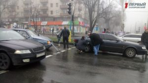 В Запорожье на Гагарина столкнулись две легковушки - ФОТО