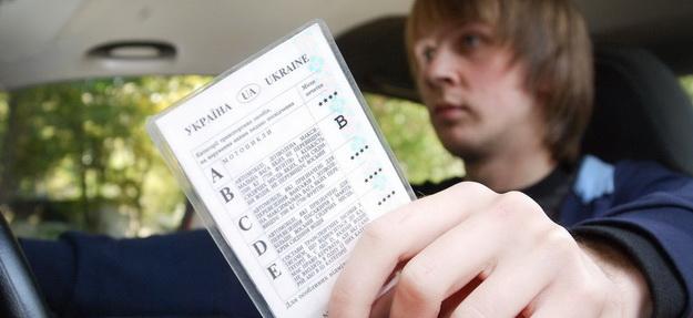 В Запорожье водитель-нарушитель вручил патрульным удостоверение умершего мужчины - ФОТО