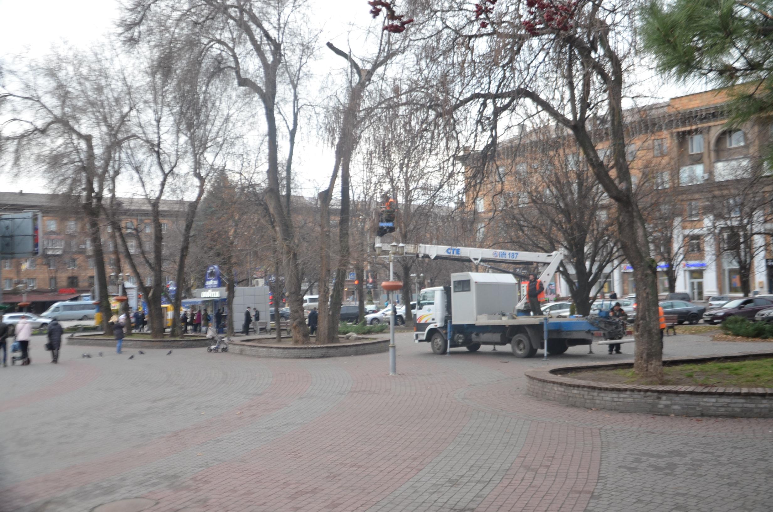 В Запорожье начали украшать и монтировать новогодний городок на площади Маяковского - ФОТО