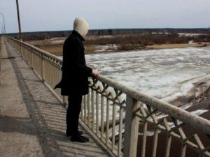 В Запорожье мужчина едва не спрыгнул с моста Преображенского: на последних секундах его спасли полицейские - ВИДЕО
