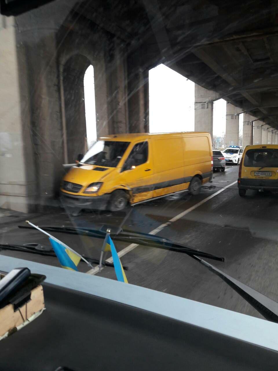 В Запорожье на мосту Преображенского иномарка и микроавтобус врезались в опору моста: есть пострадавшие - ФОТО