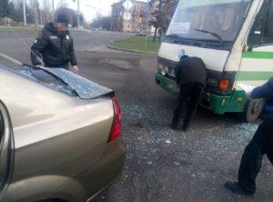 В центре Запорожья пассажирский автобус врезался в легковушку - ФОТО