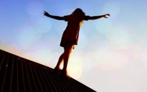 В Запорожье 15-летняя девушка после ссоры с парнем спрыгнула с 14-го этажа