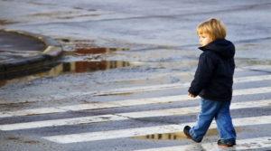 В Запорожье мать оставила плачущего ребенка на остановке – ФОТО