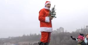 Запорожцы в праздничных костюмах прыгали с моста - ВИДЕО