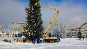 В Запорожье начали демонтировать новогодние елки - ФОТО