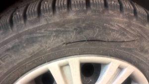 В Запорожье неизвестные в балаклавах порезали колеса маршрутки
