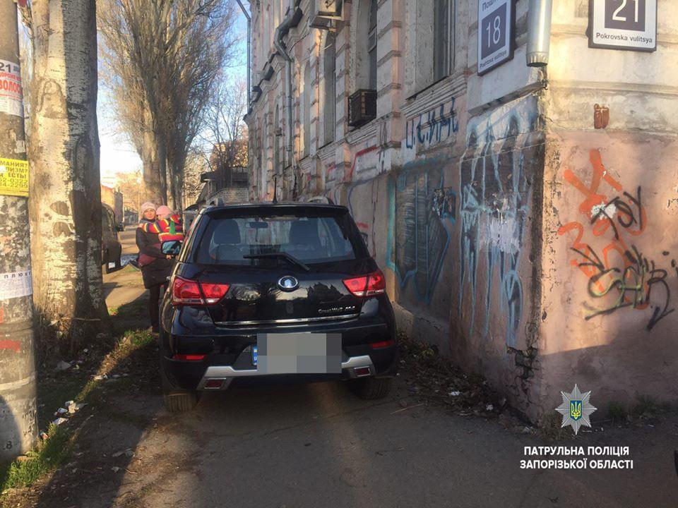 В Запорожье патрульные эвакуировали внедорожник, припаркованный прямо на тротуаре - ФОТО