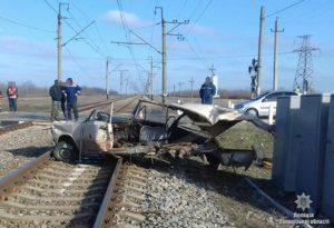 В полиции рассказали подробности жуткого столкновения поезда и легковушки - ФОТО