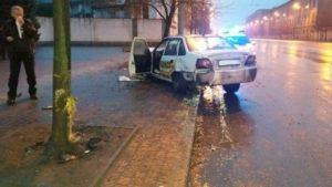 В Запорожье на проспекте такси врезалось в дерево - ФОТО