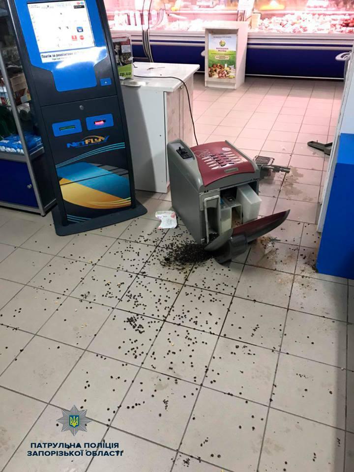 В запорожском магазине во время драки пьяные мужчины разбили кофейный автомат - ФОТО